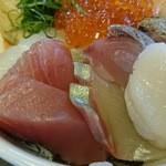 マルトモ水産 鮮魚市場 - ホタテ、シマアジ、マグロ。