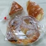 カノウヤ - りんごのデニッシュ250円、クリームコロネ110円、紅茶のケーキ130円j