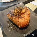 ろばた焼 ちょびちょび - ウニ醤油焼きおにぎり(580円)ウニがのってる!!