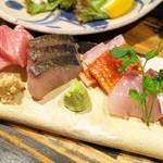 41806806 - お造りの盛り合せ(3人前1500円) うちわハゲ、シマアジ、生本まぐろ、さわら、金目鯛、かんぱち、太刀魚の7種類