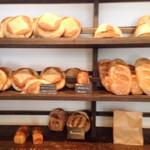 41806830 - 買ったブリオッシュは中央に。                       大きなパンに圧倒されます。