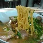 谷やんラーメン - 麺を持ち上げたとこ。麺は中華麺の中縮れです。