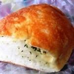 41807694 - 「クワトロチーズパン」(130円税抜き)。4種類の絶妙なマイルドな塩気感がタマラン味で美味い。(^^)