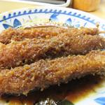 あさひ - 串かつも頼みました。                             大阪の串かつのように、各自が卓上のウスターソースに浸けてもいいですが、                             大将のオススメで、どて煮のソースに浸けてもらいました。