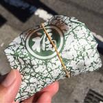 41810951 - フライケーキは紙で包んで渡されます
