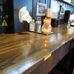 小平うどん - カウンター席は分厚い木のテーブル