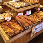 石窯パン工房サンメリー東浦和店 - 料理写真:旨そうなパンがズラり