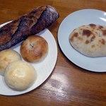 パンの店 ベルツ - 左上からバゲットセーグル,内麦ベーグル,バターロール,右はフォカッチャ