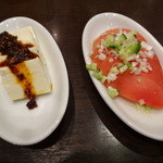 紅虎餃子房 - 食べるラー油豆腐(小、150円)とトマトの葱ドレッシング(小、210円)