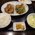 紅虎餃子房 - よくばりコンビセット(油淋鶏と一品にスープ・ご飯・漬物・付き、1,188円から)