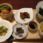 41822243 - 6皿の小鉢 枝豆トウモロコシの天ぷら 車麩の揚げ物 茄子の煮浸し アスパラとインゲンの酢味噌和え 小芋蒟蒻 素麺かぼちゃ