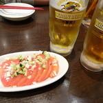 紅虎餃子房 - トマトの葱ソース、生ビール、ジャスミン茶