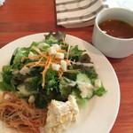 東京基地 - ランチセットのサラダとスープ