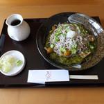 手打蕎麦 万江波良 - 季節のメニュー:めかぶとオクラのそば850円(1日限定5食)