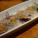 HALE海'S - 生ウニを乗せた和歌山県産メジナの刺身 七味と梅ポンズソース 1,400円