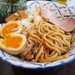 兎に角アナザーリーフ - 燻玉は半熟で燻製香と自家製麺も秀逸