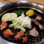 焼肉きんぐ 八王子松木店 - 網の上の肉と焼き野菜