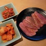 焼肉きんぐ 八王子松木店 - 白菜キムチ、大根キムチ、キング塩タン(ポーク)