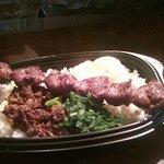 ひよっ子屋 - 芦屋わかめ付き 但馬牛づくし丼 たじま牛串(大)、5時間かけて煮込んだ但馬牛佃煮、とろとろ温泉卵のせ