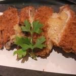 とんかつ マンジェ - 友人が注文した味噌とんかつアップ。こうじみそトチーズのとろけ具合いが最高!。