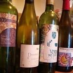 トロケの台所 - カウンターに飾られたワインボトル達がお洒落