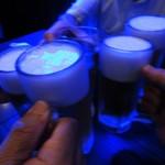41846214 - 店内のブルーな照明の下で 生ビールが届いたら早速乾杯です! 2015.09.11