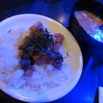 """灯 - 海鮮ご飯 冷や汁掛け:鮪、きゅうり、昆布 等がトッピングされたご飯と、魚介で出汁を取ったスープが別に出されます。小皿にご飯を取り分けた後に冷たい """"冷汁"""" をかけてサラサラと頂きます。"""