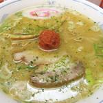 龍上海 横浜店 - デフォルトの赤湯からみそラーメンは870円ですが、こちらのミニサイズは570円です。                             梅干し状の赤いものが辛味噌です。                             ベースのスープはブシが効いた魚介系です。