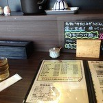 手打ちうどん 縁 - カウンター席(お茶はセルフ)
