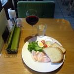 41848290 - ポークハムサラダモーニングプレート590円+グラスワイン200円
