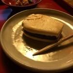 藤江屋分大 - 三種類ある、もなかの内の、蛸壺、小豆の粒餡です