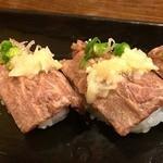 海援隊 モルビー5 - 牛炙り寿司、3貫で490円。