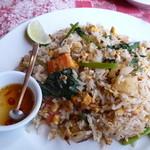 41856495 - カオパット(800円)トマト青菜入りのタイのあっさりチャーハン。タイ米がパラパラで美味しい!