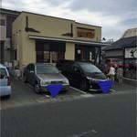 わらべ菜魚洞 - お店の前と横に専用駐車場があります。