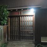 武蔵屋 - 2015年7月31日21時13分、武蔵屋が灯りを消して真っ暗になった。 看板や暖簾を持たぬ武蔵屋がその歴史と使命を終えたことを宣言した。