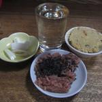武蔵屋 - 玉ねぎの酢漬け、おから、ごま塩たっぷりのお赤飯、そして一杯の桜正宗。(2015年7月31日)