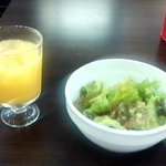 横浜馬車道 肉バル ミスターヨーロッパ - サラダ&オレンジジュース