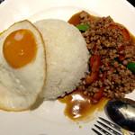 タイレストラン タニサラ - パッカパオの目玉焼きをずらして撮影