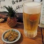 きゅらむん - <2015>オリオン生ビール ¥550(税込別不明)、突き出し(ゴーヤ炒め)