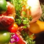 鶏屋ぜんろく - フルーツや野菜たっぷりのメニュー