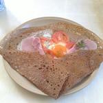 41873044 - 2015/9 ハム・トマト・卵を包んだ蕎麦粉のガレット。お皿一杯な大きなガレット生地は以前より気泡が多くてカリッとした食感に。