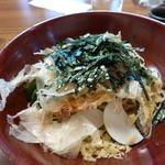 和か菜 - 海老天ぶっかけ かまぼこの後ろに海老の天ぷら・・見えるかなぁ。