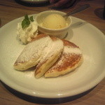 RICH - 料理写真:プレーンパンケーキのアイスクリーム添え