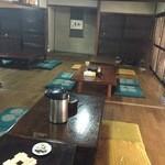 東の里 百円食堂 - 店内、奥の座敷部屋で食べました。
