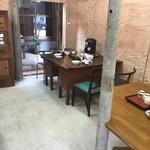 東の里 百円食堂 - 店内入ってスグのテーブル席
