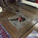 東の里 百円食堂 - 座敷部屋には、囲炉裏も・・・