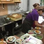 東の里 百円食堂 - オバちゃん達がハツラツと作業されていました。
