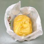 洋菓子のシュレック - 料理写真:人気のシュークリーム。包みの真ん中をパカッと開けるとプニュプニュな感じがいい感じ。カスタードがたっぷり入ってるけど、自分的には思ったほど濃厚じゃなかった。ふた口でパクリッといけました。