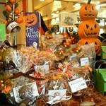 ドイツ菓子レーゲンス - ハロウィンの飾りでいっぱいです。