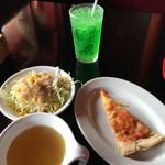 るーぱん - サラダは、アンチョビドレッシングが美味しい(インキャンティーには負けるけど)。スープは普通、ガストのランチと同じレベル。ピザは、こんなもんでしょう、食べ放題のピザに期待してはいけません。